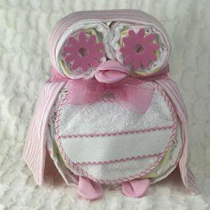 tarta de pañales, buo con pañales, babero y muselina en color rosa